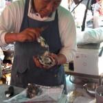 焼き牡蠣。その場で剥いてくれます。